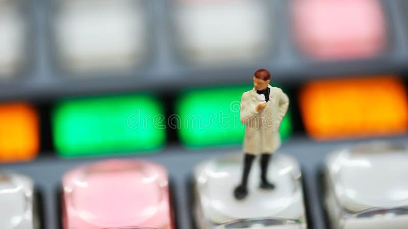 Miniaturleute: Journalisten, Kameramann, Videographer bei der Arbeit lizenzfreie stockfotografie