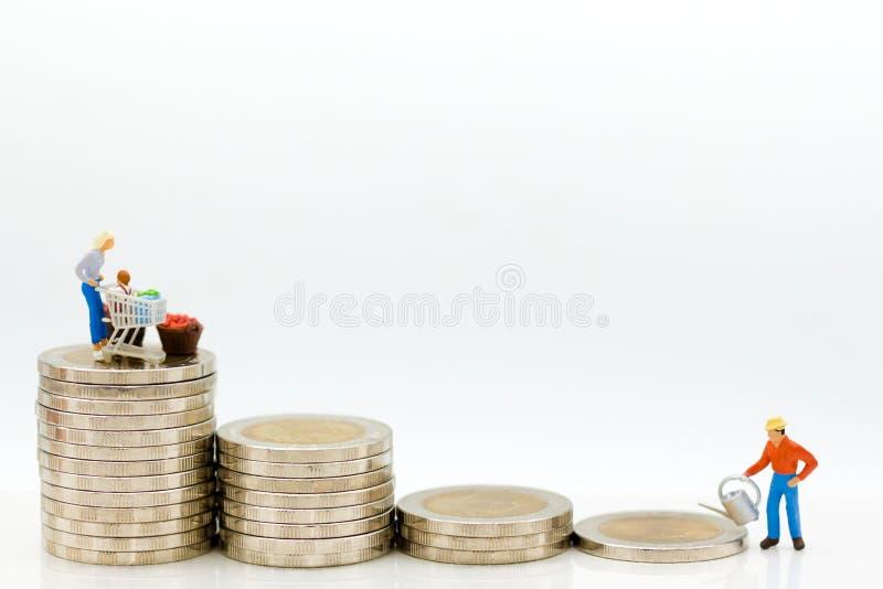 Miniaturleute: Kaufleute verwässern auf höheren Münzen Bildgebrauch für das Wachsen von Kleinmärkten, Geschäftskonzept stockfoto