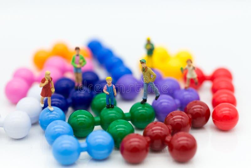 Miniaturleute: Kinder Junge und Mädchen gruppieren das Spielen auf buntem Puzzlespiel Bildgebrauch für das Lernen, Bildungskonzep lizenzfreie stockbilder
