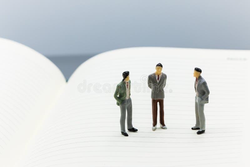 Miniaturleute: kleine Zahlen Geschäftsmannstand auf freiem Raum stockbilder