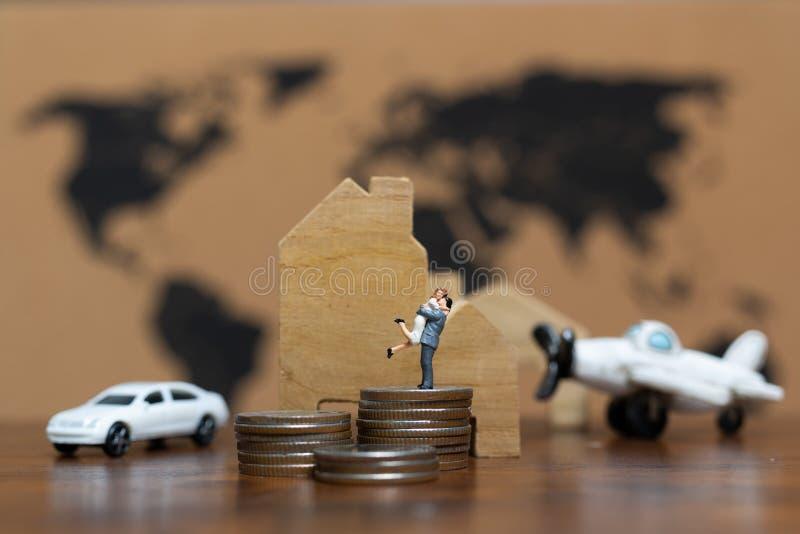 Miniaturleute: Luxuslebensstil-Paare mit vielem Geld, stockbild
