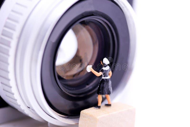 Miniaturleute: Mädchen, das ein Retro-, ein alt, Weinlese und clas säubert stockbild