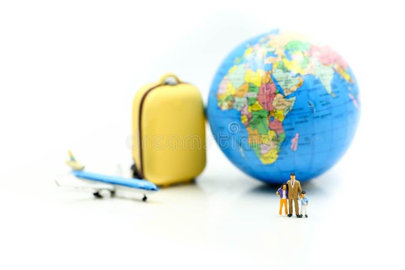 Miniaturleute: Reisende mit Rucksackstellung auf Miniaturgepäck mit Weltkarten, Reise und Rettungskonzept stockbild