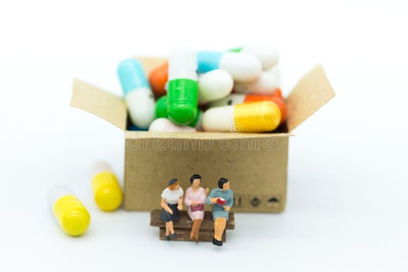 Miniaturleute: Treffen Sie den Doktor für Frauen ` s Gesundheit Bildgebrauch stockfotos