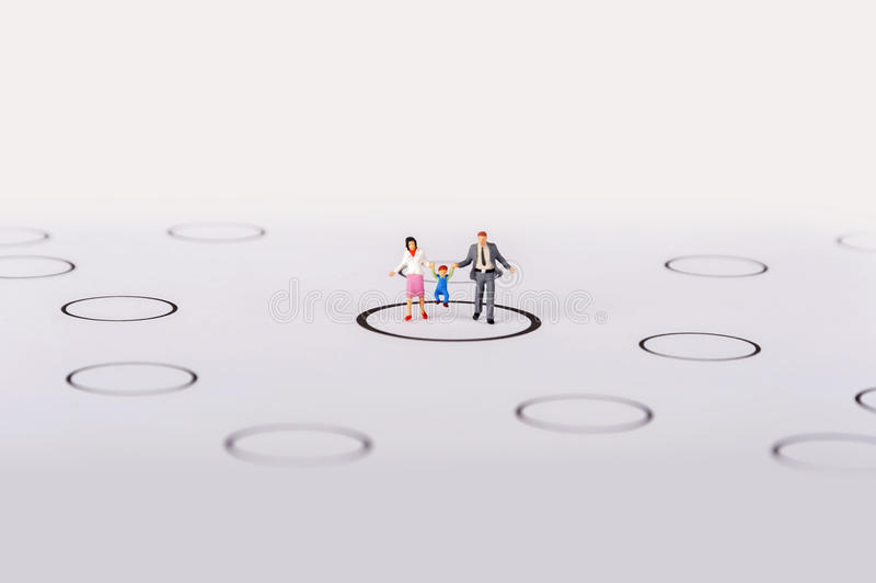 Miniaturleutefamilie in den Diagrammen stockbilder