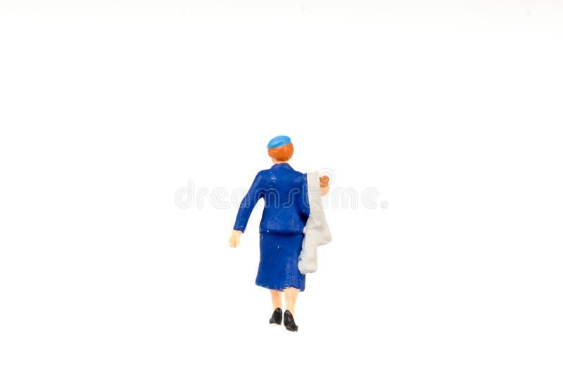 Miniaturleutegeschäftsreisender auf Hintergrund mit Raum für lizenzfreies stockbild