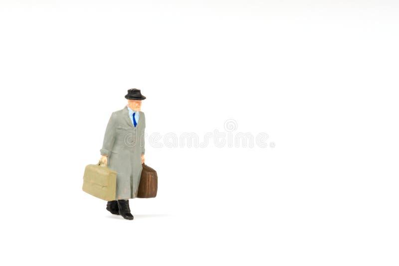 Miniaturleutegeschäftsreisender auf Hintergrund mit Raum für stockfoto