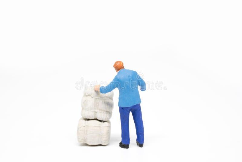 Miniaturleuteliefererkonzept auf weißem Hintergrund mit a stockfotografie