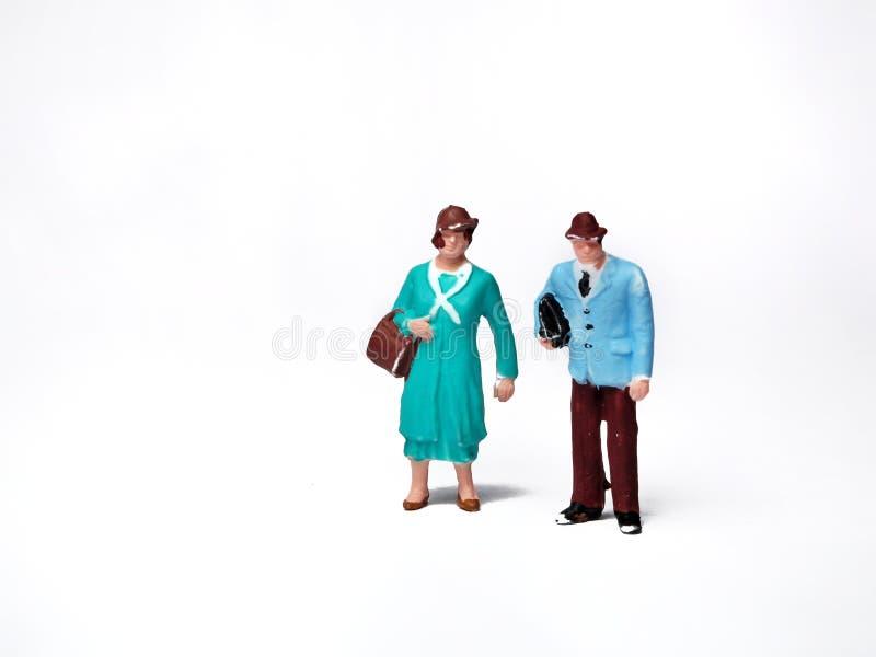 Miniaturleutemsn und -frauentragetaschen stockbilder
