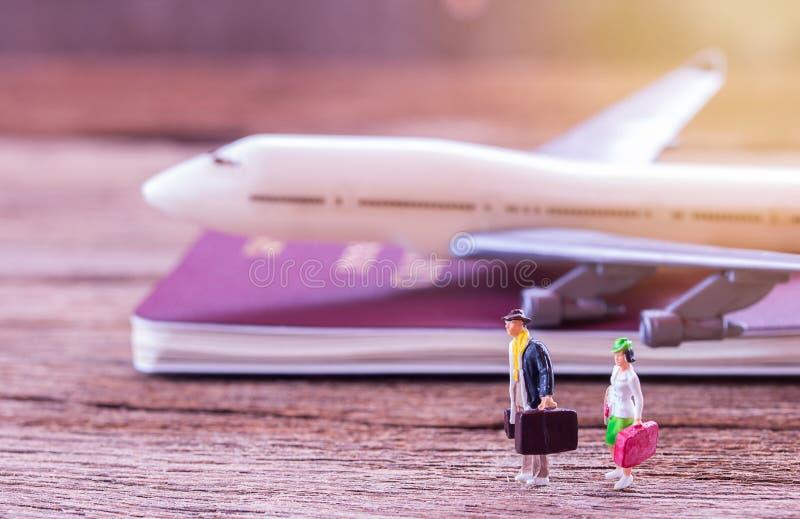 Miniaturleutereisender, der auf dem Boden steht lizenzfreie stockfotos