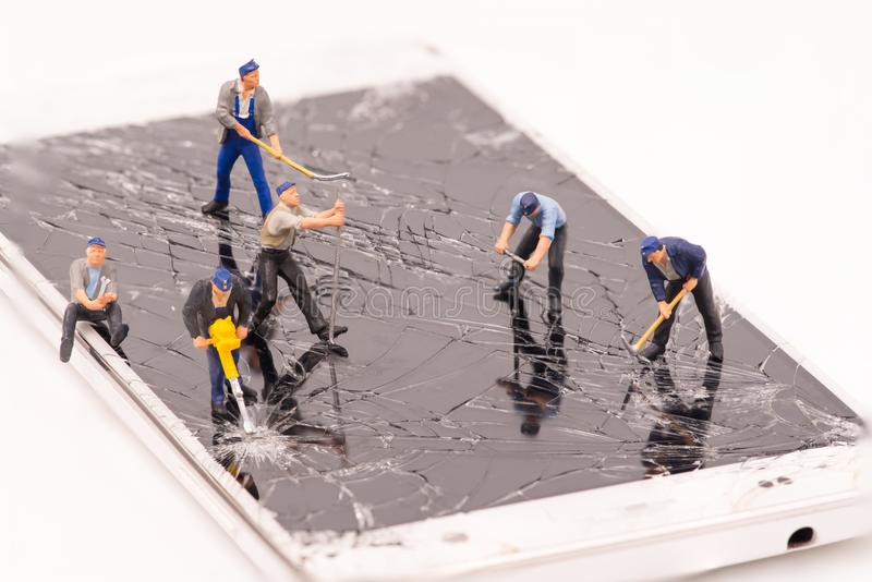 Miniaturleutereparatur Smartphonesprung stockfoto