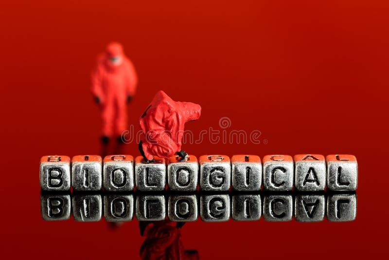 Miniaturmodellbauteam in den chemischen Klagen mit dem Wort radioaktiv stockfotografie