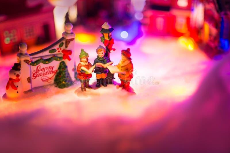 Miniaturowa Bożenarodzeniowa wioska, Śpiewa W chorze Wpólnie Bożenarodzeniowy pojęcie, obrazy stock