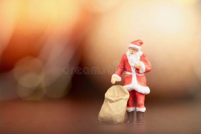 Miniaturowa figurka Święty Mikołaj z jego prezentami zdojest zdjęcie royalty free