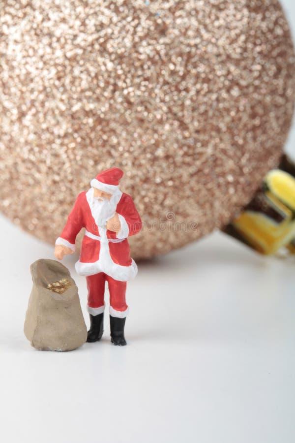 Miniaturowa figurka Święty Mikołaj z prezent torbą fotografia stock