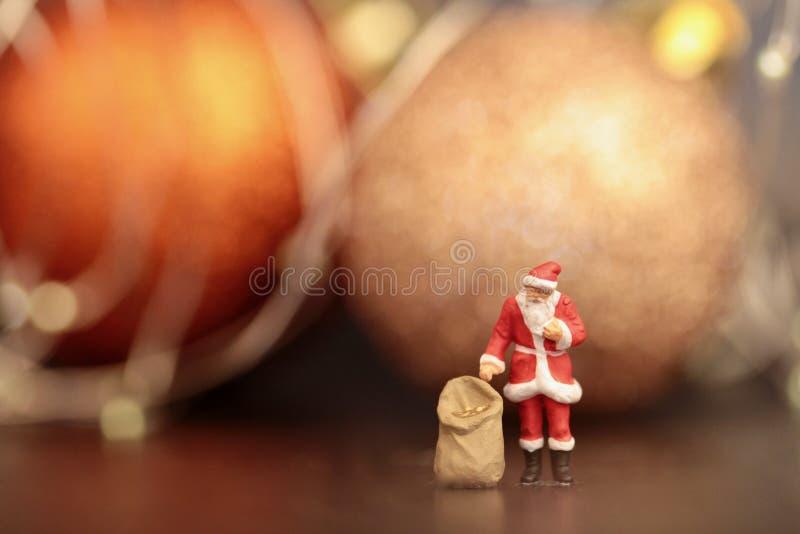 Miniaturowa figurka Święty Mikołaj z prezent torbą zdjęcie royalty free