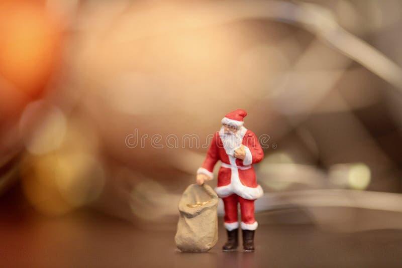 Miniaturowa figurka Święty Mikołaj z prezent torbą obrazy stock