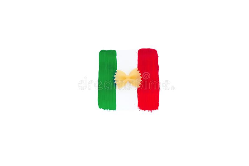 Miniaturowa papier flaga Włochy z makaronem Odosobniony włoszczyzny flaga pointer na białym tle Z kopii przestrzenią obraz royalty free