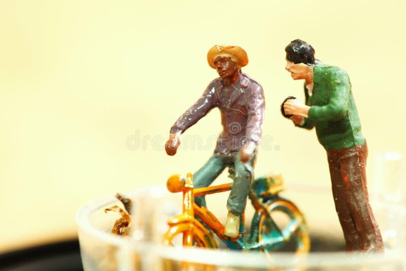 Miniaturowa plastikowa postać modela zabawka mężczyzna jeździecki bicykl obrazy stock