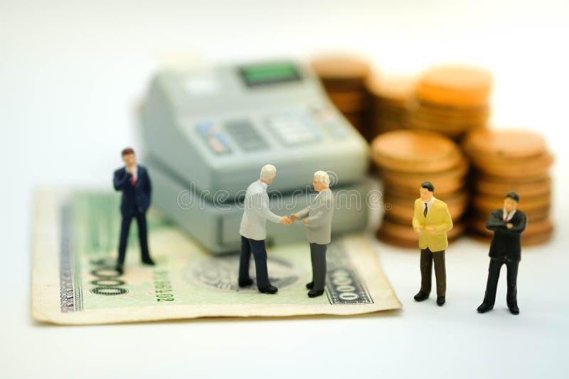 Miniaturowa postać: Biznesowych mężczyzna uścisk dłoni obrazy stock