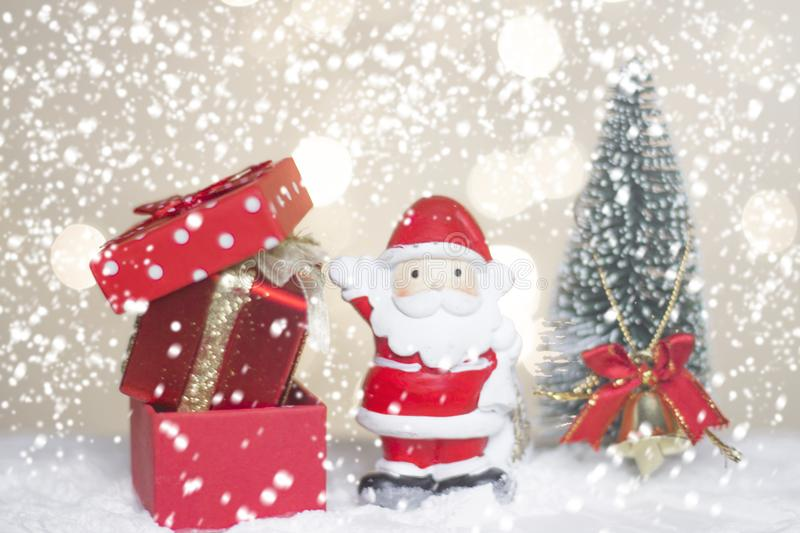 Miniaturowi Bożenarodzeniowi Santa cros, drzewo na śniegu nad zamazanym bokeh tłem, dekoracja wizerunkiem dla Bożenarodzeniowego  obrazy stock