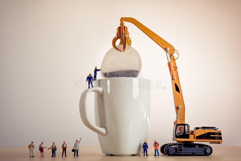 Miniaturowi faceci robi herbaty zdjęcia stock