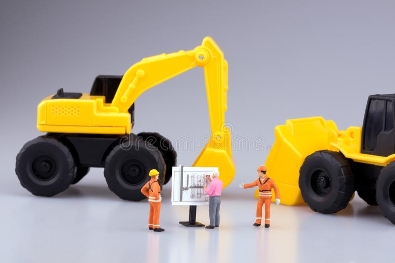 Miniaturowi inżynierii ludzie, architektura pracuje na budowa rysunku i obraz stock