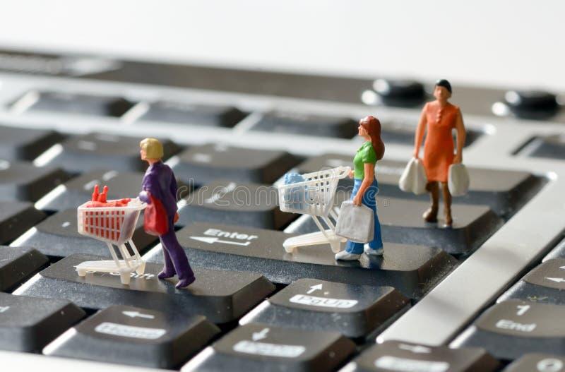 Miniaturowi kupujący z wózek na zakupy zdjęcia stock
