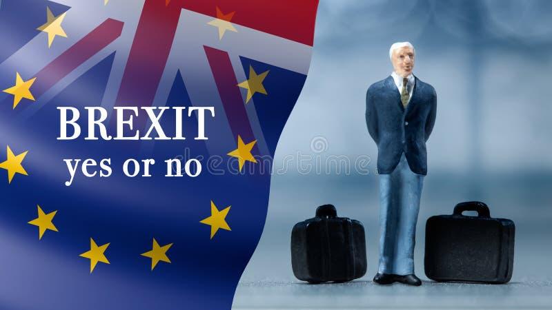 Miniaturowi ludzie †'biznesmen pozuje z Zjednoczone Królestwo i Europejskimi zrzeszeniowymi flaga łączyli dla 2016 referendum zdjęcia royalty free