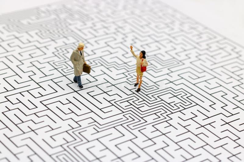Miniaturowi ludzie: Biznes drużynowa pozycja na centrum labirynt Conc obrazy stock