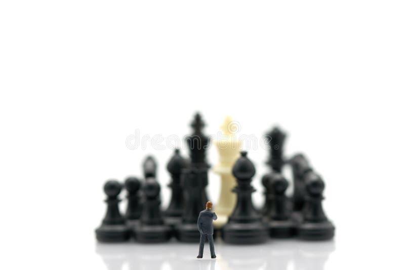 Miniaturowi ludzie biznesmenów stoi Szachową analizę Komunikują o strategii biznesowej Lub biznesowy planowanie używać jako tło obrazy stock