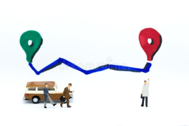 Miniaturowi ludzie: Biznesmen dostaje miejsce przeznaczenia z pojazdem Wizerunku use dla podróży pojęcia fotografia stock