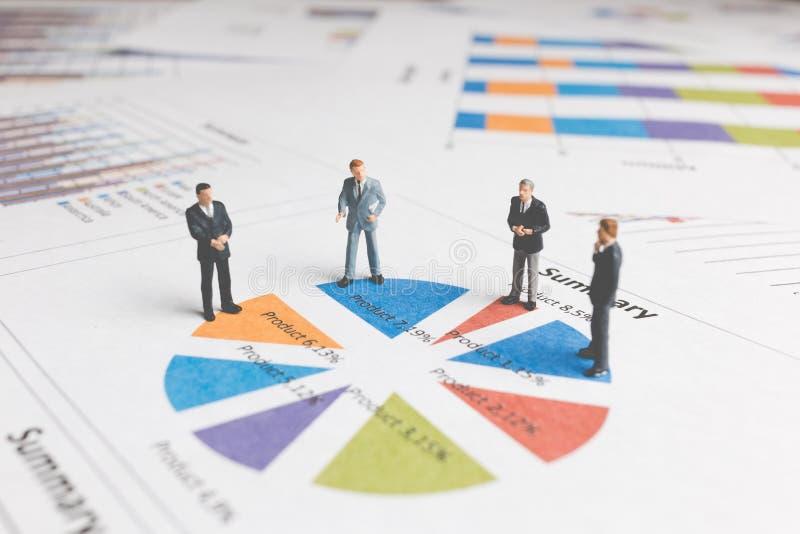 Miniaturowi ludzie: Biznesmen pozycja na Papierowej wykres mapie obrazy stock