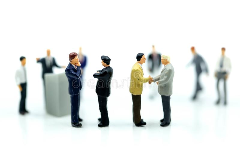 Miniaturowi ludzie: Biznesmen Prowadzi spotkanie konferencję Discussi zdjęcia royalty free