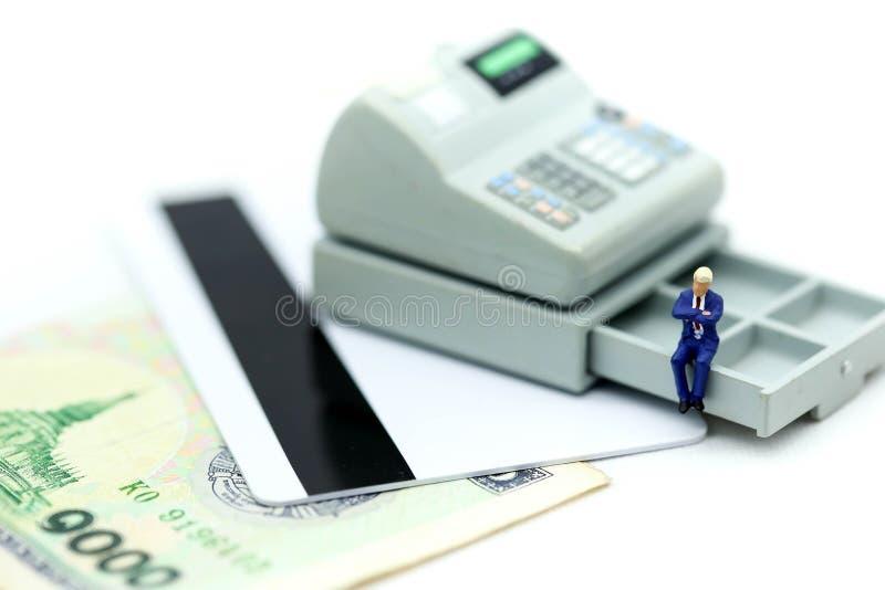 Miniaturowi ludzie: biznesmena obsiadanie na kalkulatorze używać jako bac obrazy royalty free