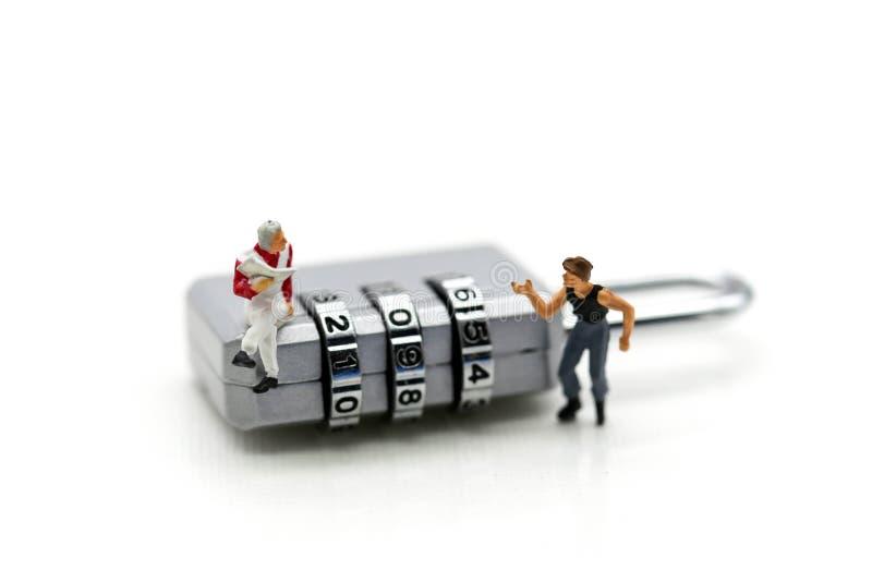 Miniaturowi ludzie: biznesmena obsiadanie na metal ochrony kędziorku ke zdjęcie stock