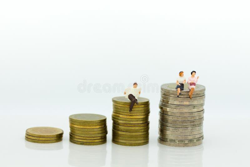 Miniaturowi ludzie: Biznesmena obsiadanie na stercie monety czyta gazety Wizerunku use dla biznesowego pojęcia zdjęcie royalty free