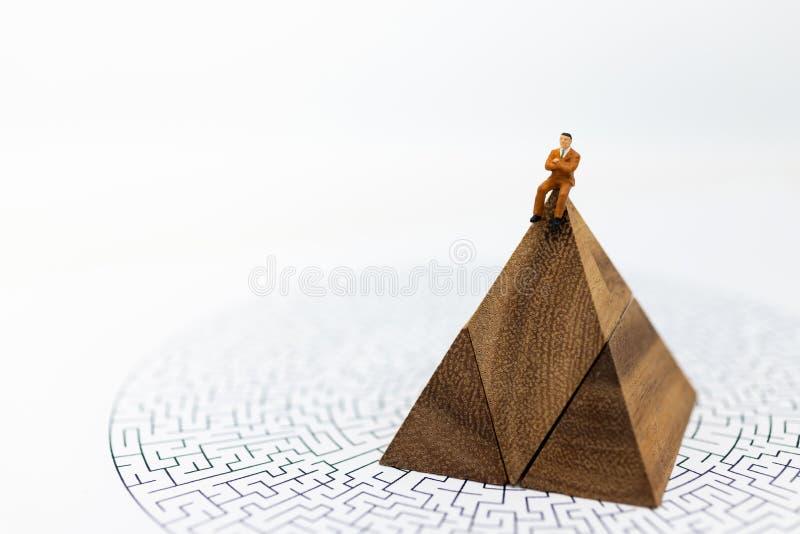 Miniaturowi ludzie: Biznesmena obsiadanie na wykresach z labirynt mapą, marża zysku tło, ryzyko Wizerunku use dla biznesu fotografia royalty free
