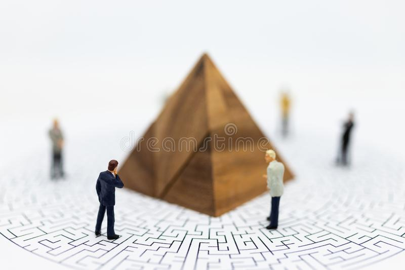 Miniaturowi ludzie: Biznesmena stojaka przód wykresy na labirynt mapie, marża zysku tło, ryzyko Wizerunku use dla biznesu obrazy royalty free