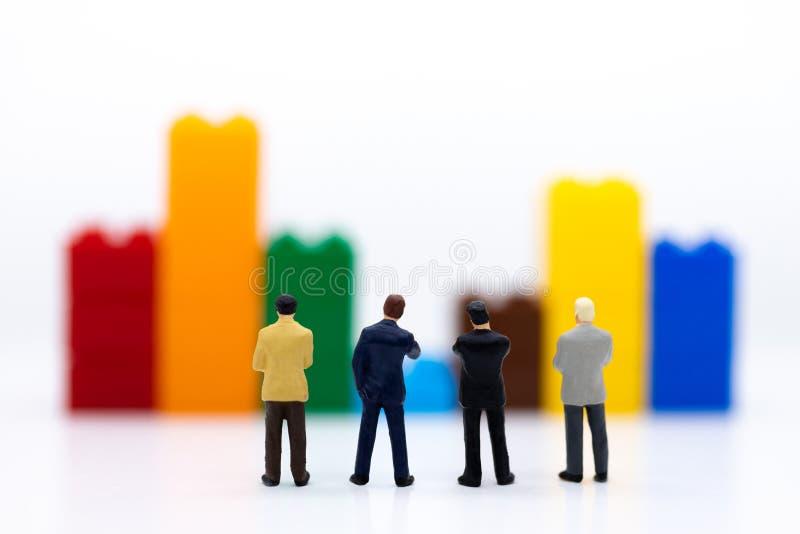 Miniaturowi ludzie: Biznesmena stojaka przód deska rozdzielcza, pokazów wykresy, marże zysku tło Wizerunku use dla biznesu fotografia stock