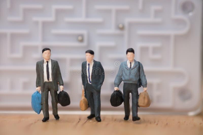 Miniaturowi ludzie: Biznesmena urlop od labiryntu przyszłościowy pojęcie obraz royalty free