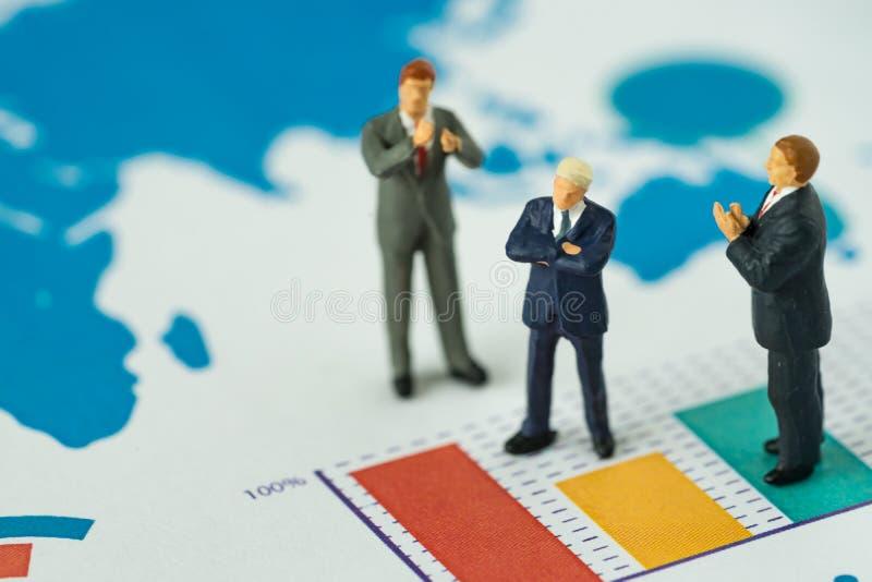 Miniaturowi ludzie biznesowego pojęcia jako mały postać biznesmenów st zdjęcia stock