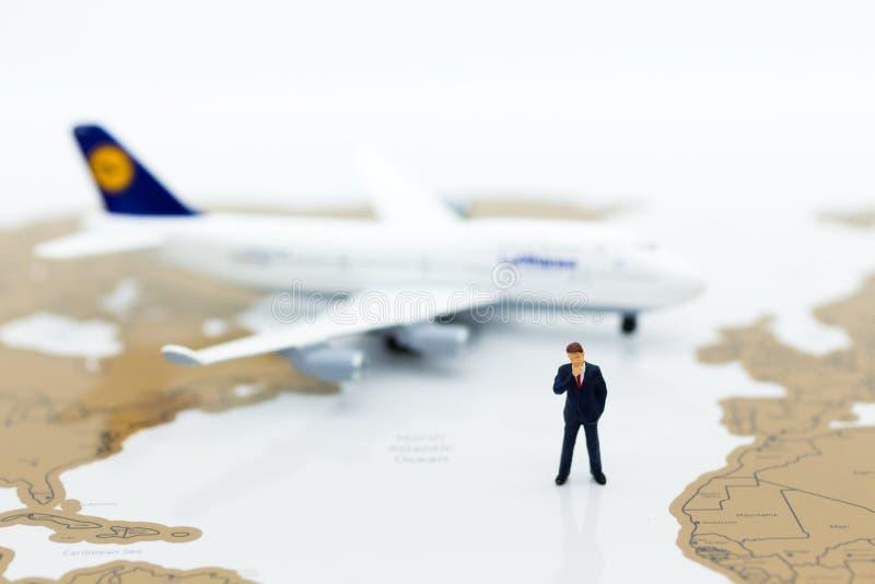 Miniaturowi ludzie biznesu: biznesmen z samolotem Wizerunku use dla biznesowej podróży, podróży służbowej podróży doradcy agencja zdjęcie stock