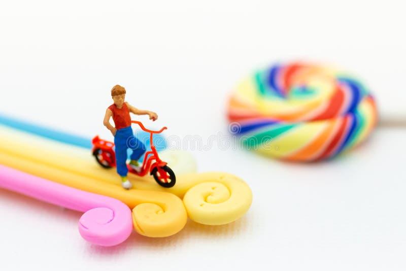 Miniaturowi ludzie: Dzieci z kolorowym cukierki i lizaki r zdjęcie royalty free