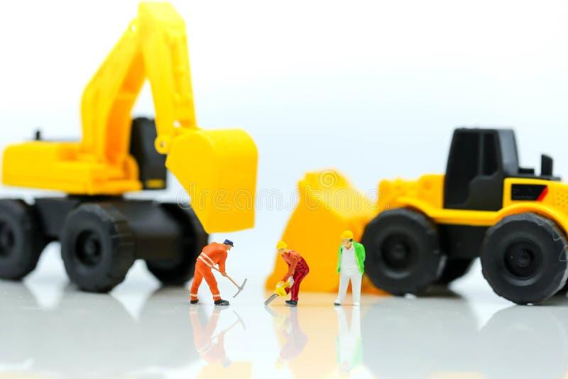 Miniaturowi ludzie: fachowy budowa inżynier z busin obrazy stock