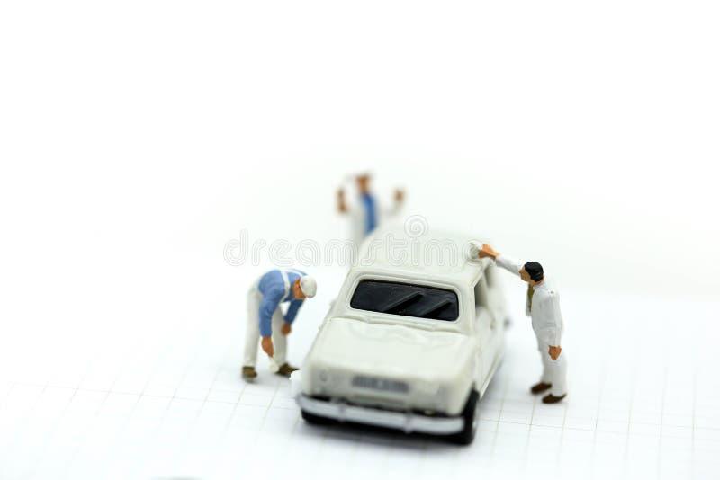 Miniaturowi ludzie: Fachowy obrazu samochód w farby sala obrazy stock