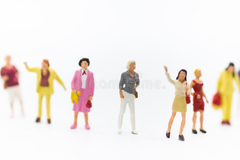 Miniaturowi ludzie: Grupa kobiety stoi wpólnie, używać ogłaszać Międzynarodowego kobiety pracującej ` s dzień obrazy royalty free