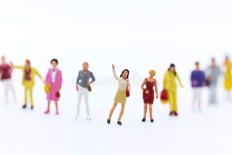 Miniaturowi ludzie: Grupa kobiety stoi wpólnie, używać ogłaszać Międzynarodowego kobiety pracującej ` s dzień fotografia royalty free