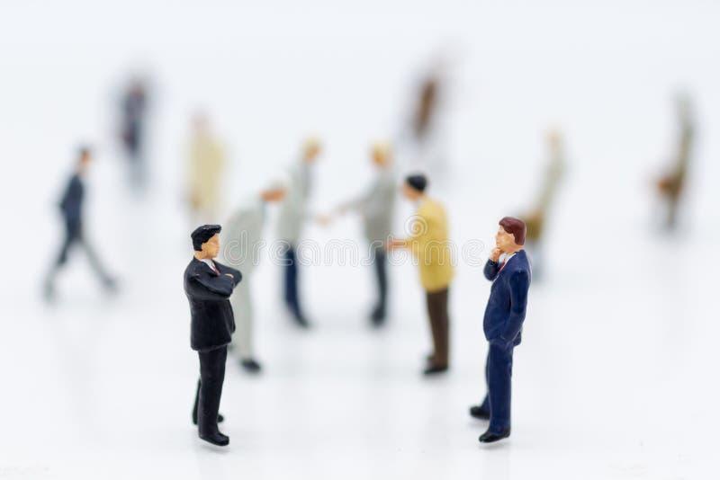 Miniaturowi ludzie: Grupowy biznesmen negocjuje biznes, planuje Wizerunku use dla biznesowego pojęcia obraz stock