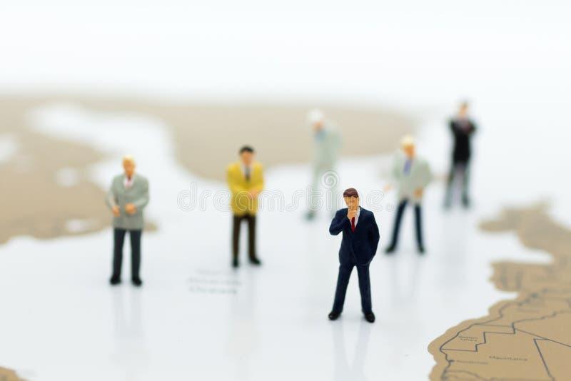 Miniaturowi ludzie: Grupowy biznesmen negocjuje biznes, planuje Wizerunku use dla biznesowego pojęcia zdjęcia stock